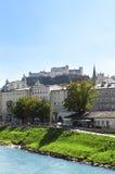 Mening van stad Salzburg en Salzach-rivier, Oostenrijk Royalty-vrije Stock Foto's