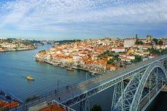 Mening van stad van Porto, Portugal met de Dom Luiz-brug Stock Afbeeldingen