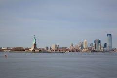 Mening van Standbeeld van Vrijheid en Manhattan Stock Foto's