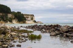 Mening van Stevns Kliff - een kalksteenklippen in Denemarken Royalty-vrije Stock Afbeeldingen