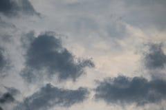 Mening van stormachtige hemel met donkere wolken na onweersbui Stock Afbeelding