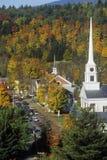 Mening van Stowe, VT in de Herfst op Toneelroute 100 met kerkspits Stock Fotografie