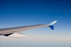 Mening van straallijnvliegtuigvleugel tijdens de vlucht Royalty-vrije Stock Foto's