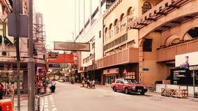 Mening van straat en winkels van Hong Kong Stock Afbeelding