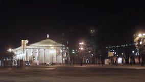 Mening van straat met de gele bouw en auto's in nachtstad Zonder mensen stock videobeelden