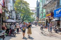 Mening van straatmening in het Oude Kwart van Hanoi, hoofdstad van Vietnam De mensen kunnen het gezien onderzoeken rond het Royalty-vrije Stock Foto
