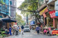 Mening van straatmening in het Oude Kwart van Hanoi, hoofdstad van Vietnam De mensen kunnen het gezien onderzoeken rond het Stock Afbeelding