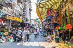 Mening van straatmening in het Oude Kwart van Hanoi, hoofdstad van Vietnam De mensen kunnen het gezien onderzoeken rond het Stock Fotografie