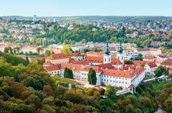 Mening van Strahov-Klooster in Praag, Tsjechische Republice Rode daken Royalty-vrije Stock Foto's