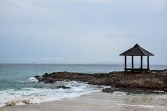 Mening van strand met paviljoen royalty-vrije stock foto