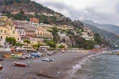 Mening van strand in Positano-stad op een bewolkte dag Stock Afbeeldingen