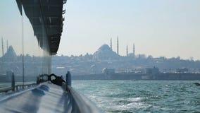 Mening van Sultan Ahmed Mosque van toeristenkruiser, weerspiegeling van landschap op boot stock video