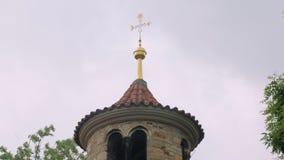 Mening van symbolisch christelijk kruis op hoogste od oude kerk, tegen bewolkte hemel stock footage
