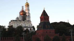Mening van Tainitsky-Toren en Kathedralen van Moskou het Kremlin in avond stock videobeelden