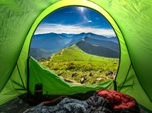 Mening van tent aan bergen bij zonsondergang in de zomer, Polen stock afbeeldingen