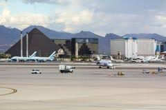 Mening van Terminal 1 over het tarmac royalty-vrije stock foto's