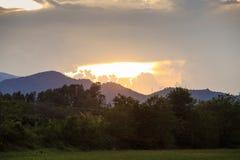 mening van toenemende zonnestralen van achter wolken in bergen Royalty-vrije Stock Fotografie