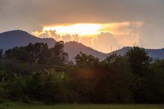 mening van toenemende zonnestralen van achter wolken in bergen Royalty-vrije Stock Foto's