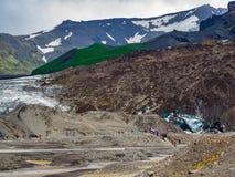 Mening van toeristen die aan de Vatnajokull-Gletsjer lopen Stock Foto