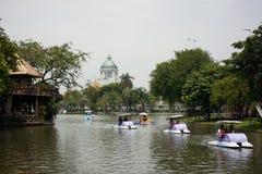 Mening van toeristen die boten berijden bij Dusit-dierentuin royalty-vrije stock foto
