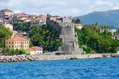 Mening van toevluchtstad van Herceg Novi en vesting van Forte-Merrie van overzees, Montenegro royalty-vrije stock afbeeldingen