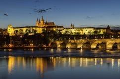 Mening van Toneel van de de Oude Stads oude architectuur en Vltava-rivier tijdens schemering praag Tsjechische Republiek Stock Fotografie