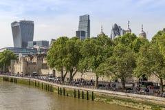 Mening van Torenbrug van de Toren van Londen met moderne gebouwen op de achtergrond Stock Foto's