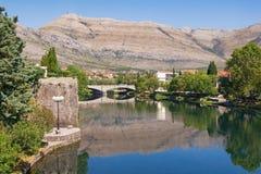 Mening van Trebisnjica-rivier dichtbij Oude Stad van Trebinje-stad Bosnië-Herzegovina, de zomer Stock Afbeeldingen