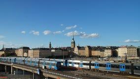 MENING VAN TREINEN EN OUDE STAD, STOCKHOLM ZWEDEN stock videobeelden