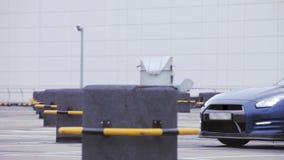 Mening van tribune van de voorkant de blauwe nieuwe auto op parkeren Presentatie nieuw model koplampen Koude schaduwen stock video