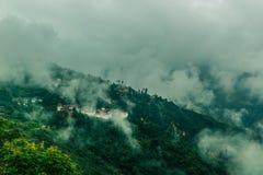 Mening van Trongsa Dzong met mistige heuvels, Bumthang, Bhutan, Azië royalty-vrije stock afbeeldingen