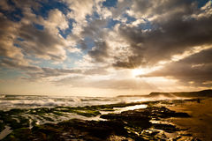 Mening van tropisch rotsachtig strandlandschap bij zonsopgang Stock Foto's