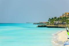 Mening van tropische rustige oceaanachtergrond met fragment van wit zandstrand Stock Foto
