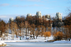 Mening van Tsaritsyno-park in Moskou Bevroren Vijver Stock Foto's
