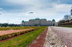 Mening van tuin en Belvedere Paleis in zonnige, de lentedag Wenen, Oostenrijk Stock Afbeelding