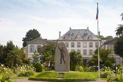 Mening van tuin van Mitterrand bij standbeeld en paleis Stock Fotografie