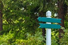 Mening van twee houten richtingtekens Royalty-vrije Stock Fotografie