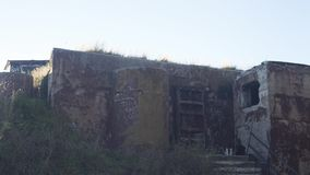 Mening van tweepersoons het schilderen muren van verlaten huis door graffiti Stedelijk Timelapse stock videobeelden