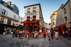 Mening van Typisch Parijs Cafe Le Consulat op Montmartre, Frankrijk stock afbeeldingen