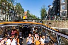 Mening van typische Nederlandse gebouwen bij het Herengracht-kanaal stock foto's