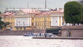 Mening van Universitaire strandboulevard in Heilige Petersburg in de dag van de wolkenzomer stock videobeelden