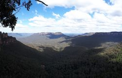 Mening van vallei en bergen met eucalyptusbomen op een duidelijke blauwe hemeldag in Jamison Valley NSW Australië royalty-vrije stock foto
