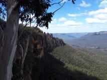 Mening van vallei en bergen met eucalyptusbomen op een duidelijke blauwe hemeldag in Jamison Valley NSW Australië stock fotografie