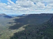 Mening van vallei en bergen met eucalyptusbomen op een duidelijke blauwe hemeldag in Jamison Valley NSW Australië royalty-vrije stock afbeeldingen