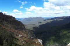Mening van vallei en bergen met eucalyptusbomen op een duidelijke blauwe hemeldag in Jamison Valley NSW Australië stock foto