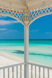Mening van Varadero strand in Cuba van een houten terra stock afbeeldingen