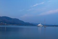 Mening van varende jachten in het Middellandse-Zeegebied in mooi avondlicht, een de zomercruise Gaeta, Italië Royalty-vrije Stock Fotografie
