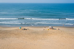 Mening van Varkala-strand met twee strandparaplu's Royalty-vrije Stock Foto