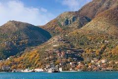 Mening van veerboothaven bij Kamenari-dorp montenegro Royalty-vrije Stock Fotografie