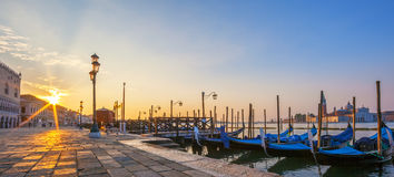 Mening van Venetië met gondels bij zonsopgang Royalty-vrije Stock Fotografie